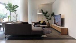 高級家具アルフレックス初のTV専用ラック。デザインだけでなく配線や放熱にも配慮
