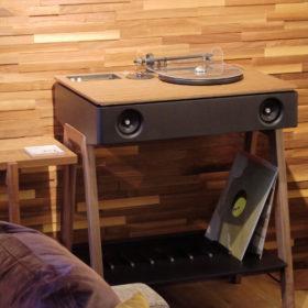 フランスからきた木製家具調オールインワンコンポ。レコードからハイレゾまで対応