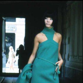 人気女優との愛も赤裸々に語るファッション異端児に注目再び。日本人モデルの起用からジェット機デザインまで、多様性を体現